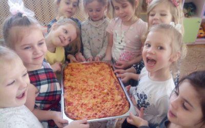 Девочки средней группы приготовили пиццу