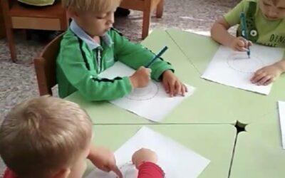 Малыши начинают изучать счёт и фигуры.